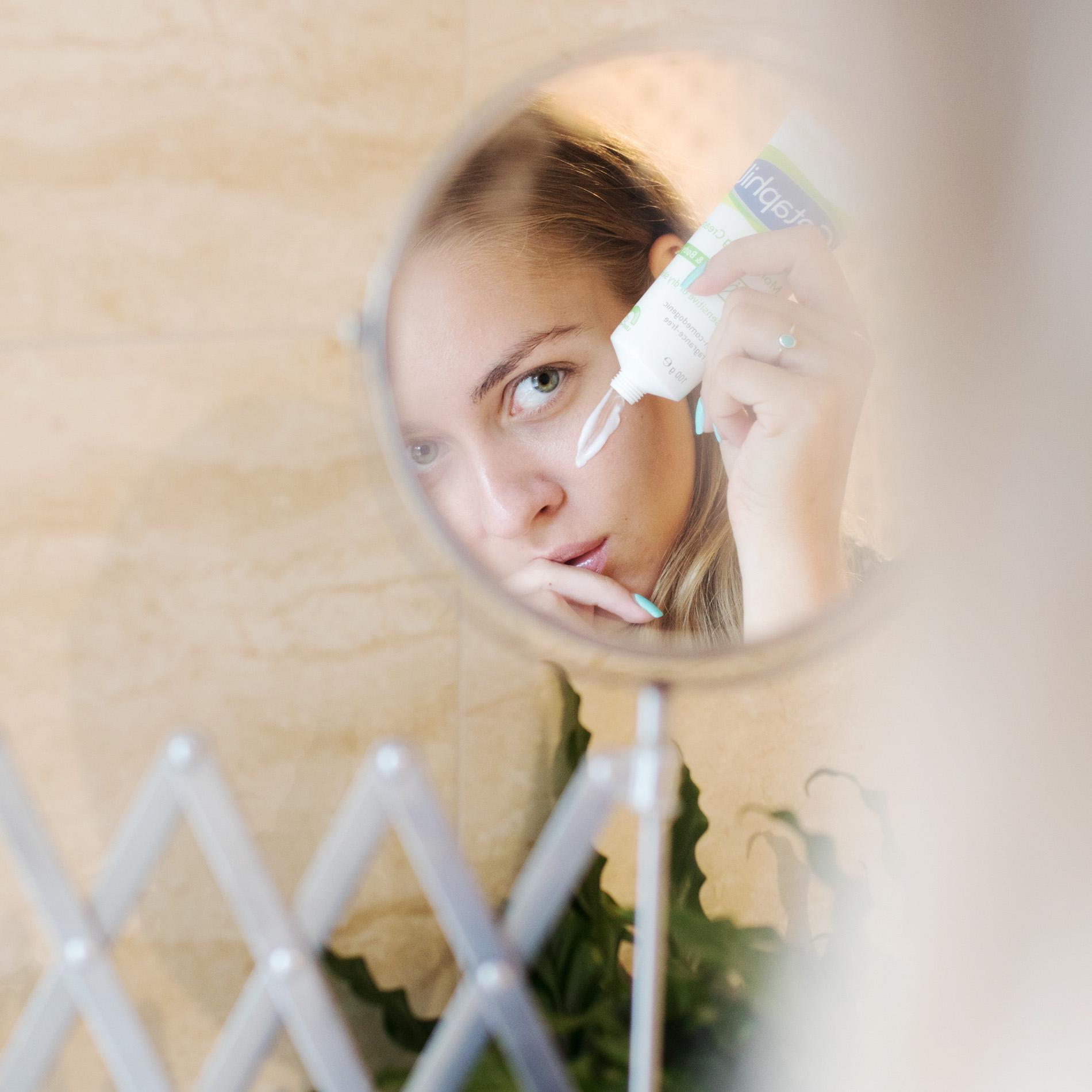 Augencreme verwenden, Beauty Tipps zur Augencreme, Augencreme, Augencreme Anwendung, Augencreme Naturkosmetik, Augencreme wirklich erforderlich, Augencreme gegen Faltenbildung, Hautpflege, Gesichtspflege, Augenpartie pflegen, frische Augenpartie, frisch und fit aussehen durch Augencreme