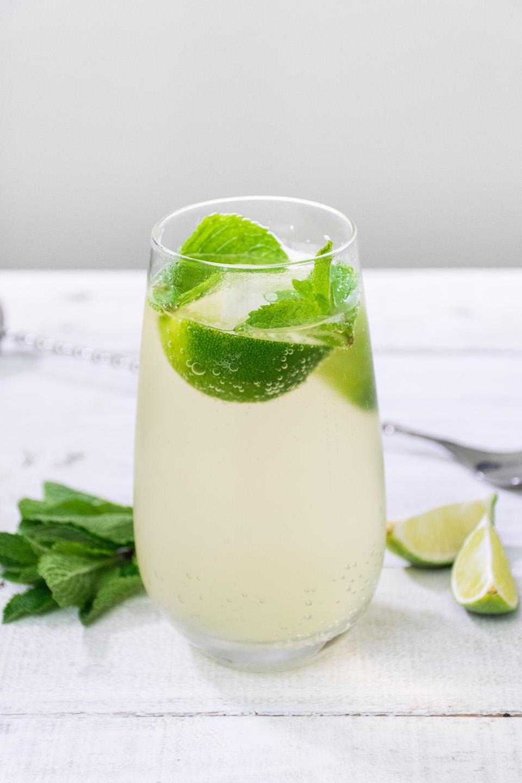 Limetten-Minz-Wasser, erfrischendes Limetten-Minz-Wasser, Wirkung von Limetten-Minz-Wasser auf die Gesundheit, Limetten-Minz-Wasser Rezept, Rezept für Limetten-Minz-Wasser, Detox Wasser, Infused Wasser, Wasser Rezept