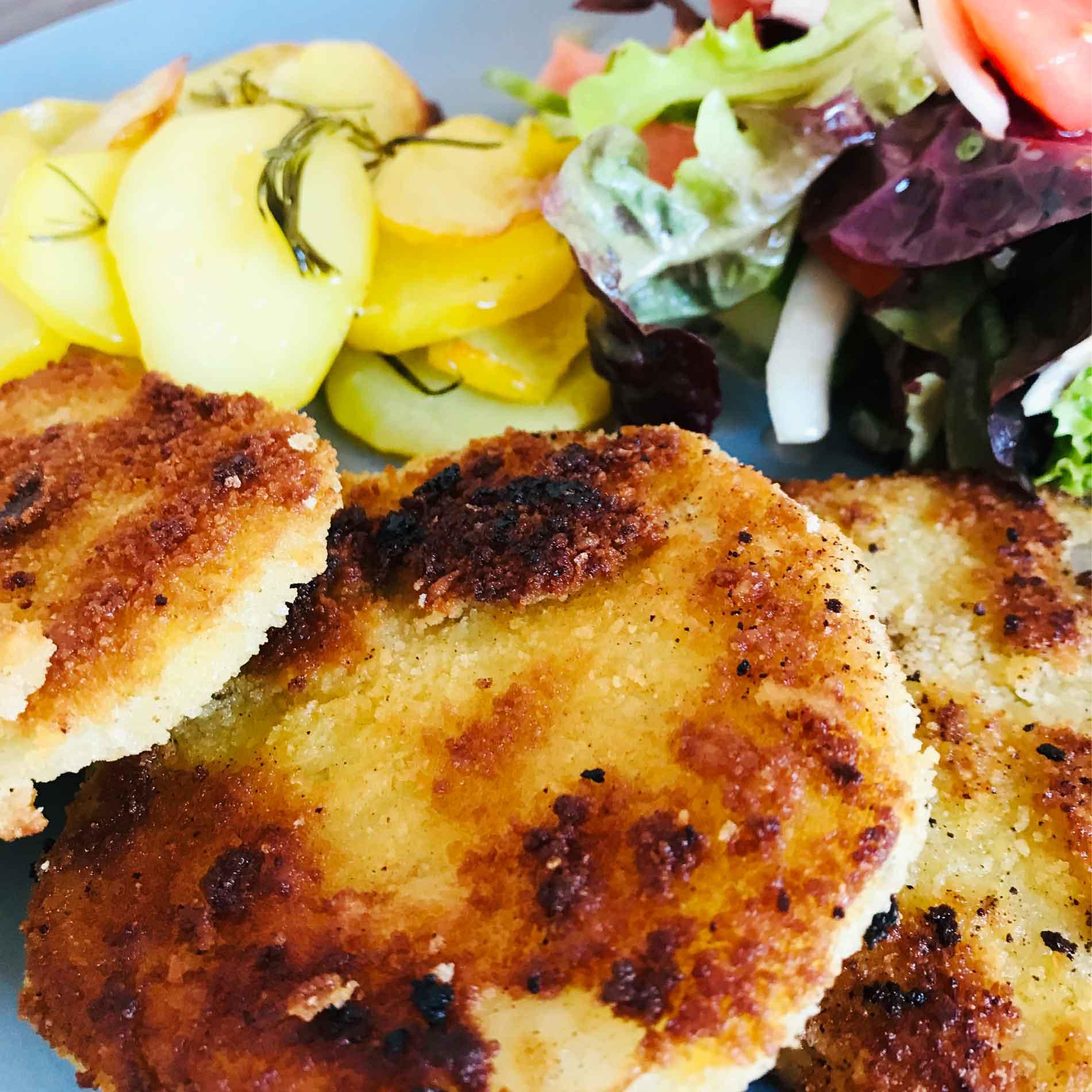 Kohlrabi-Schnitzel, Kohlrabi zubereiten, leckere Kohlrabi-Schnitzel, vegetatische Kohlrabi-Schnitzel, Kohlrabi-Schmitzel mit Rosmarin Kartoffeln und Salat, Rosmarin Kartoffeln, Kohlrabi rezept, Kohlrabi-Schnitzel Rezept