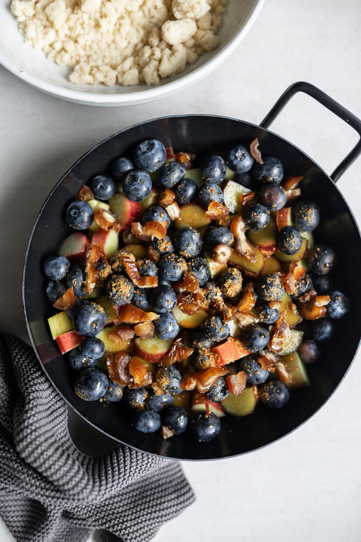 Rhabarber-Blaubeer-Crumble, veganer Rhabarber-Blaubeer-Crumble, zuckerfreier Rhabarber-Blaubeer-Crumble, Rezept für einen leckeren Rhabarber-Blaubeer-Crumble, Kuchen Rezept, Rhabarber Blaubeer Kuchen, Rhabarber Kuchen, Blaubeer Kuchen, Heimatgemüse, Food Rubrik auf ElisaZunder, ElisaZunder Blogazine