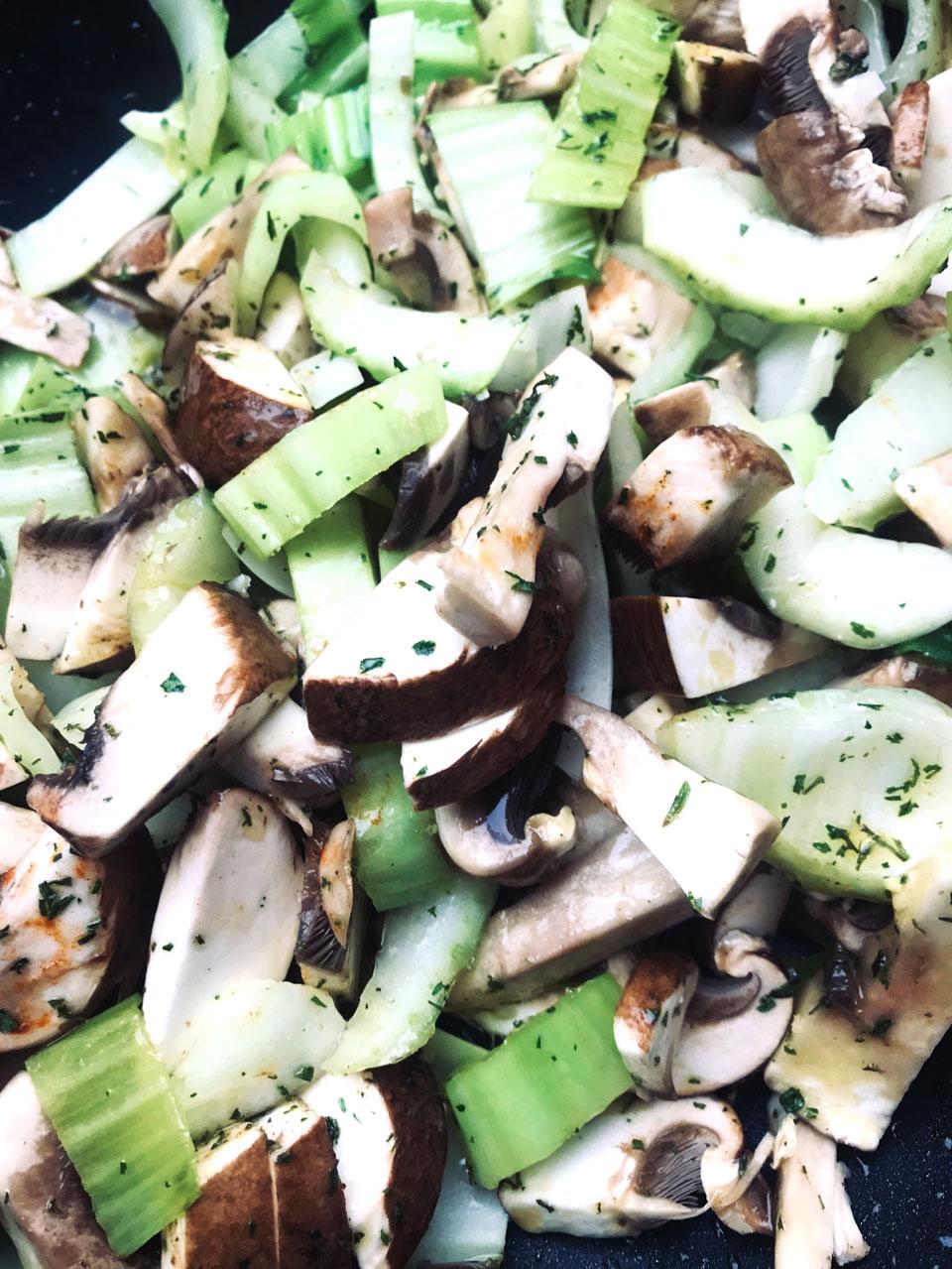 Schnelles Wok-Gemüse, Wok-Gemüse mit Pak Choi, Wok-Gemüse mit Spitzkohl, Wok-Gemüse zubereiten, schnelle und leckere Rezepte, Wok-Gemüse gesund und lecker, Pak Choi zubereiten, Spitzkohl zubereiten, gesunde Rezepte, Wok-Gemüse mit Pak Choi, Spitzkohl und Kräutern